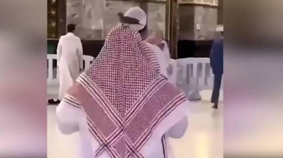 سبحان اللہ ، خانہ کعبہ میں باجماعت نماز کے دوران نمازی کے سر پر کبوتر بیٹھ گیا