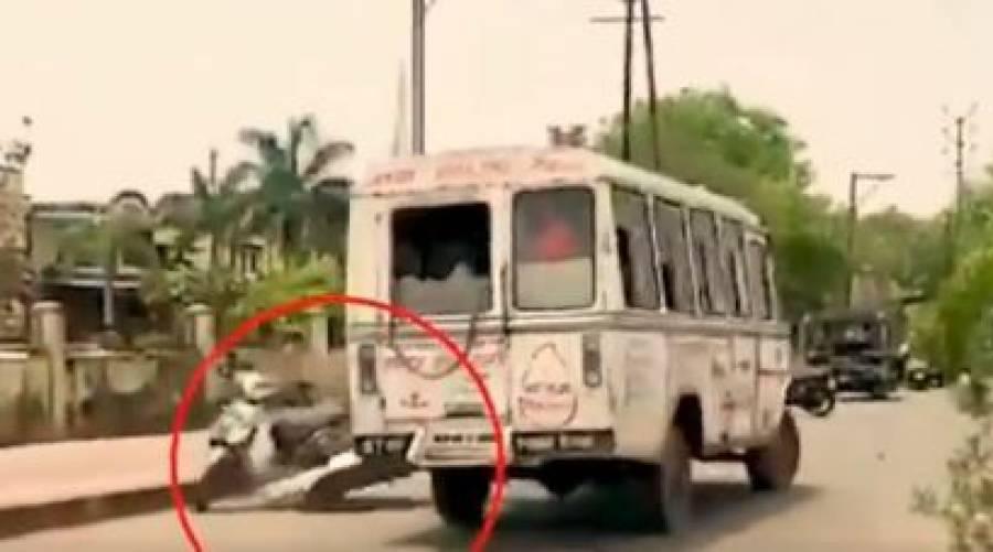 چلتی ایمبولینس سے مریض کی لاش سڑک پر جا گری، ویڈیو وائرل