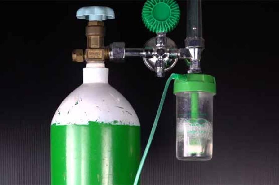 وبا کے دنوں میں مریضوں کو مفت آکسیجن سلنڈر فراہم کرنے والا پاکستانی ڈیلر لوگوں کے لیے مثال بن گیا