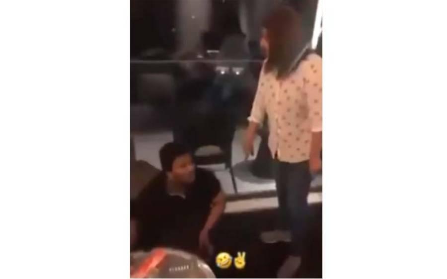 لاہور کے پوش علاقے میں بیوی نے شوہر کو محبوبہ کے ساتھ ' رنگ رلیاں ' مناتے ہوئے رنگے ہاتھوں پکڑ لیا ، ویڈیو سوشل میڈیا پر وائرل