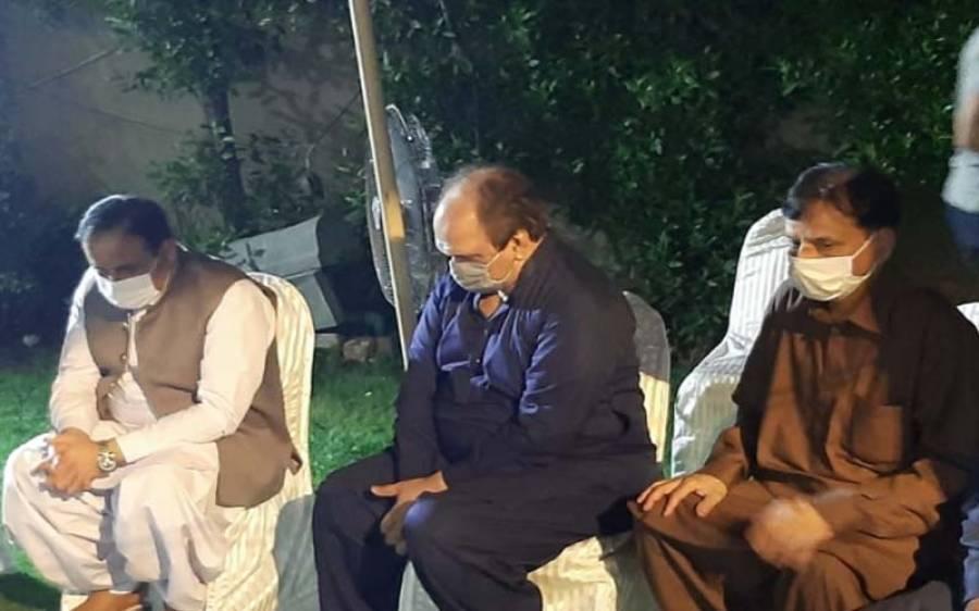 وزیراعلی پنجاب کالم نویس محمد اکرم چوہدری کی والدہ کے انتقال پر تعزیت کے لیے ان کے گھر پہنچ گئے