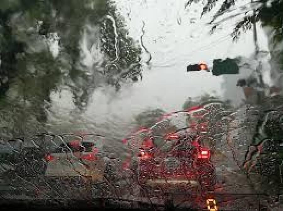 لاہور میں بارش کا سلسلہ جاری، موسم خوشگوار ہوگیا