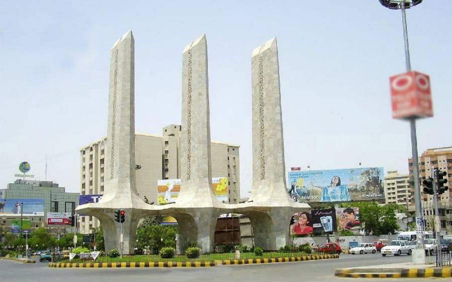 کراچی: وزیراعلیٰ ہاؤس جانیوالی سڑک پر گڑھا پڑگیا