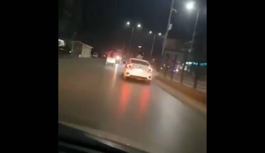شرٹ اتار کر نوجوان لڑکی کی پشاور کی سڑکوں پر کار میں کھڑی ہوکر سیر، رکشہ ڈرائیور پیچھا کرتے رہے