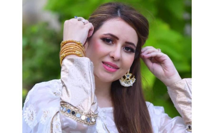 اداکارہ ایمان علی سوشل میڈیا صارفین کے نشانے پر، اینکرپرسن رابعہ انعم بھی میدان میں آگئیں