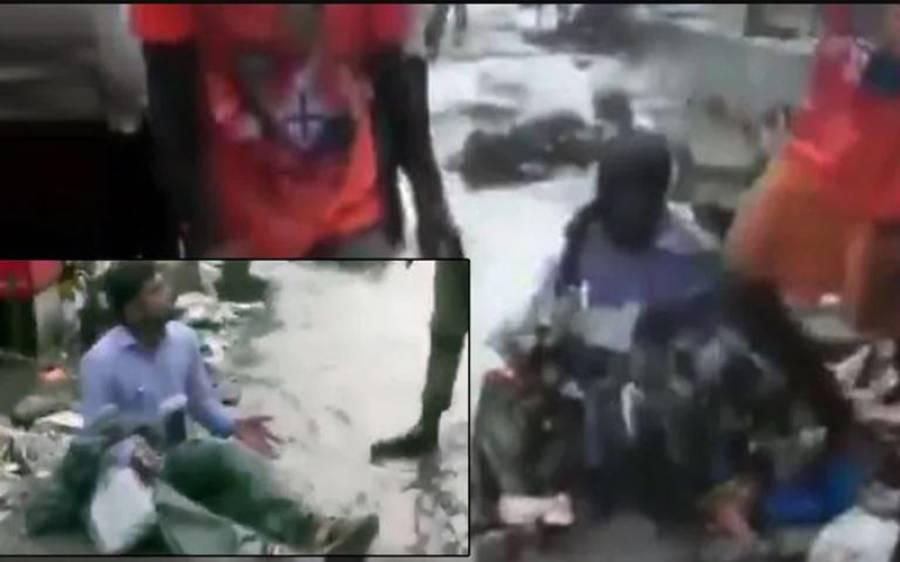 کچرا صاف نہ کروانے والے ٹھیکیدار کو گٹر کے پانی میں بٹھا کر غلاظت سے نہلا دیا گیا، ویڈیو سامنے آگئی