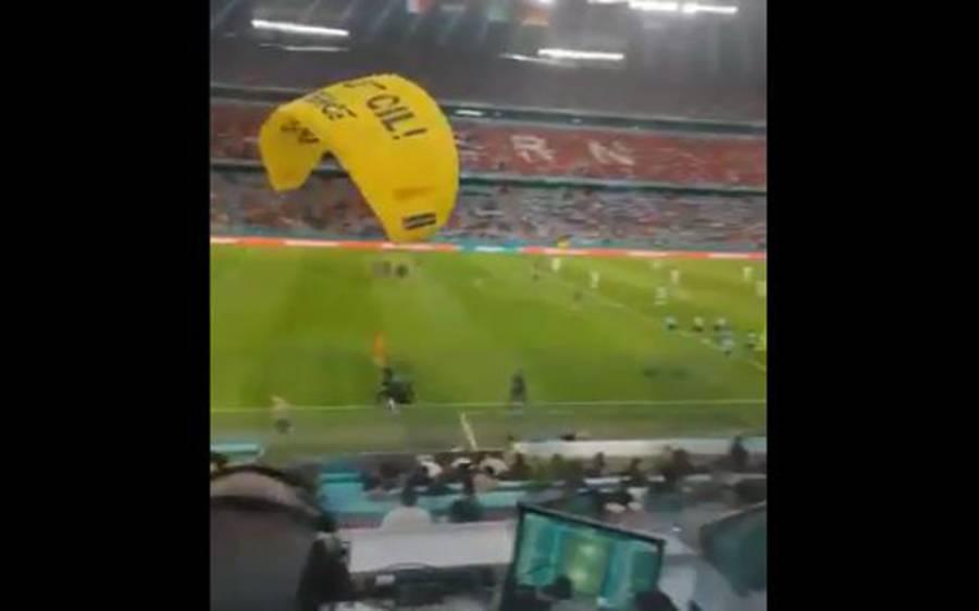 فرانس اور جرمنی کے فٹبال میچ میں آسمان سے اچانک ایسی چیز آگری کہ سب لوگ حیران پریشان رہ گئے
