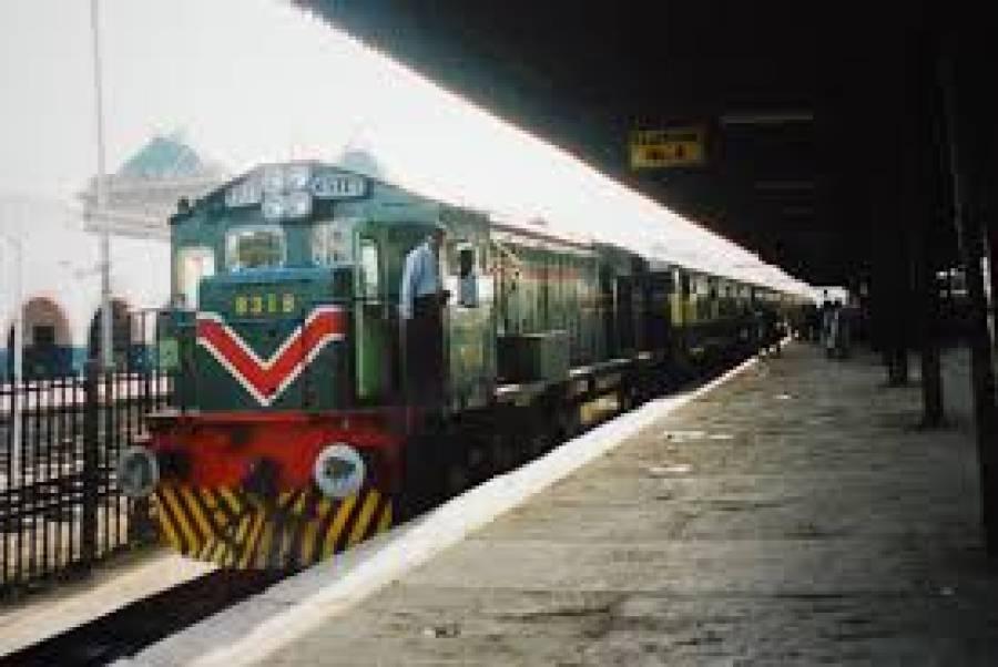 کوٹری ریلوے سٹیشن کے قریب ٹرین کی 7 بوگیاں پٹڑی سے اتر گئیں