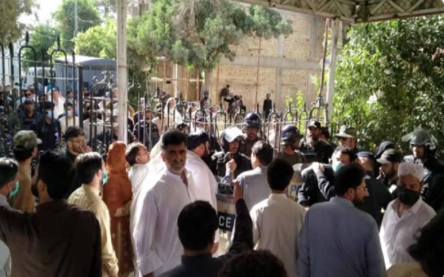 بلوچستان اسمبلی کی تالہ بندی، پولیس نے گیٹ میں بکتر بند گاڑی دے ماری، کتنے ارکان زخمی ہوگئے؟