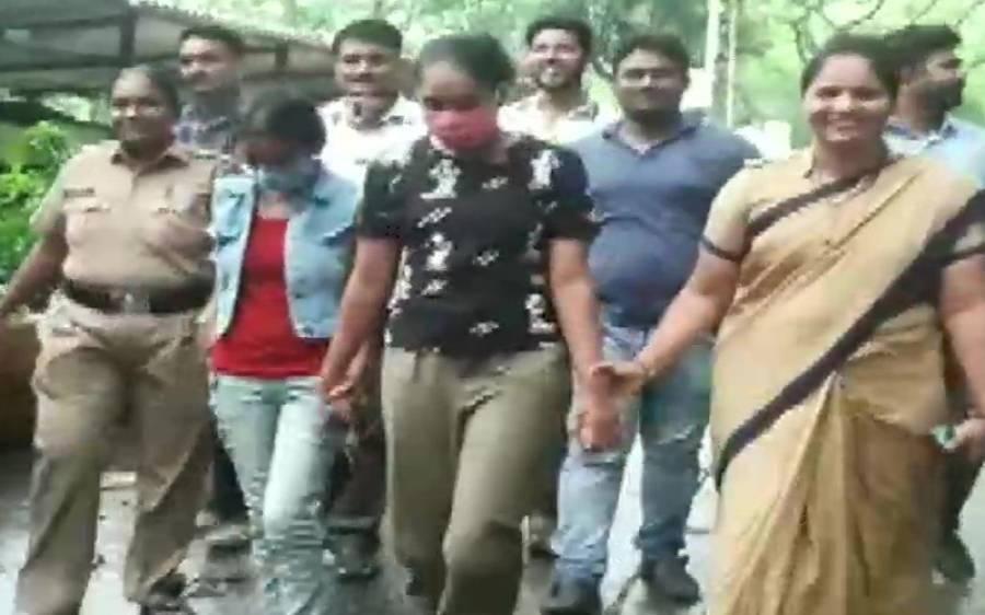 دو بھارتی اداکارائیں چوری کرتے ہوئے رنگے ہاتھوں پکڑی گئیں