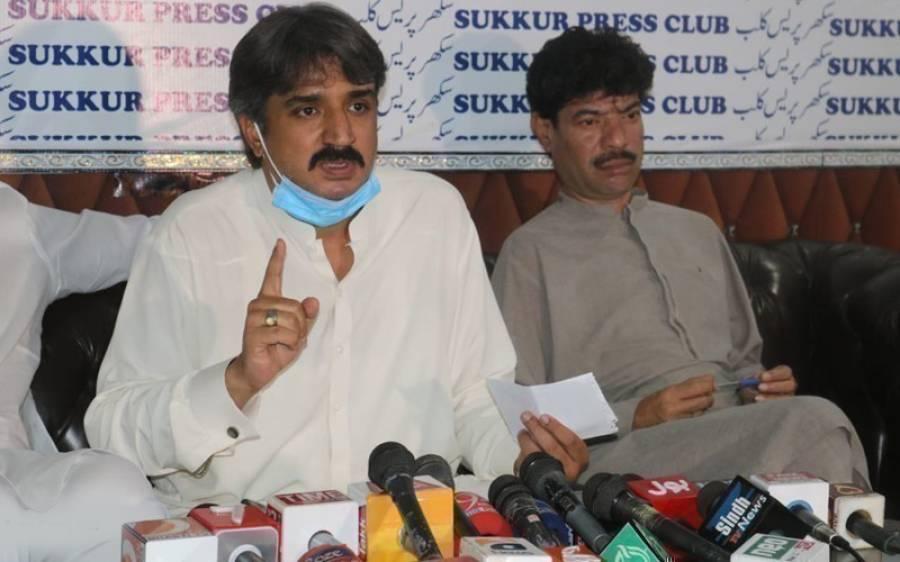صوبائی وزیر سندھ اویس قادر شاہ نے فواد چوہدری پر کڑی تنقید کرتے ہوئے وفاق پر سنگین الزام عائد کردیا
