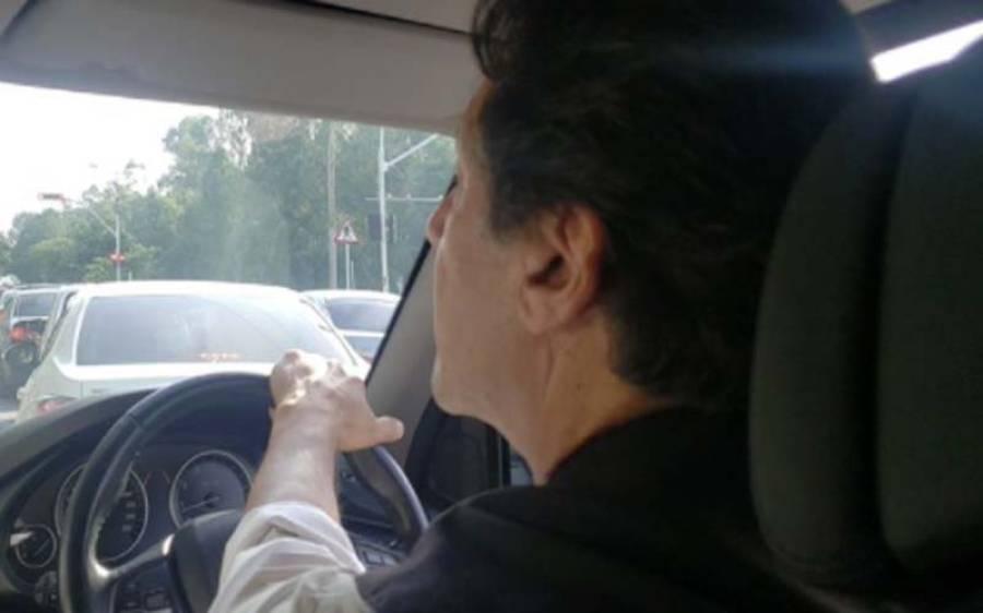 وزیراعظم کا بغیر پروٹوکول گاڑی ڈرائیونگ کرتے ہوئے اسلام آباد کے مختلف علاقوں کا دورہ