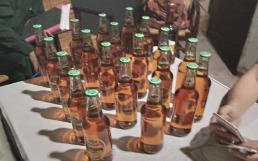 پنجاب یونیورسٹی میں طالب علم لڑکے اور لڑکیاں نازیبا حرکات کرتے ہوئے پکڑے گئے،شراب ڈیلیوری کی کوشش بھی ناکام