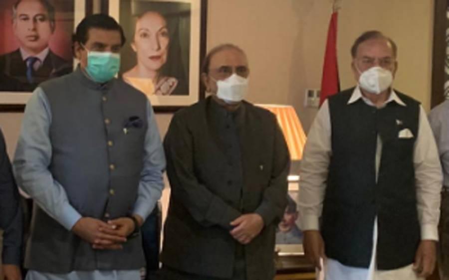 آصف زرداری پنجاب میں تحریک انصاف پر بڑی ضرب لگانے میں کامیاب، سابق وزیر اعلیٰ کو اپنی پارٹی میں شامل کرلیا