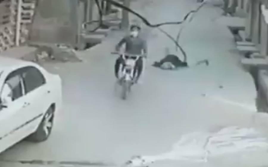 راولپنڈی میں موٹر سائیکل سوار ڈاکو نے بیگ چھینتے ہوئے لڑکی کوبری طرح زمین پر گرا دیا،ویڈ یو سوشل میڈ یا پر وائرل