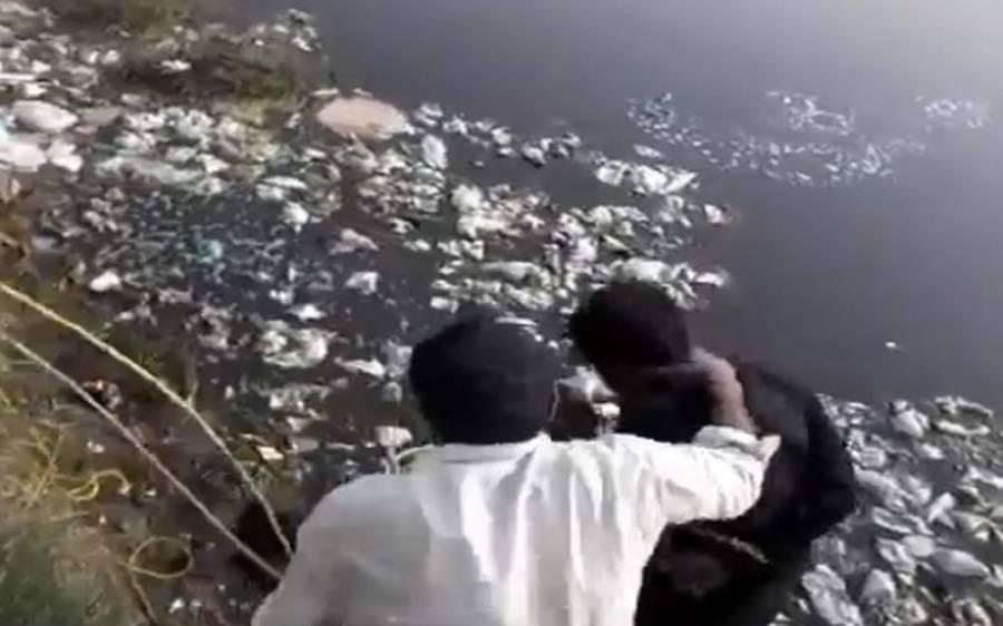راولپنڈی میں بااثر افراد نے غریب شہری کو گندے پانی میں غوطے لگوادئیے، ویڈیو منظر عام پر آگئی