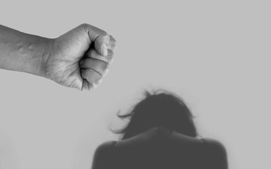 مسلح شخص کی گھر میں گھس کر شوہر کے سامنے تین بچوں کی ماں سے زیادتی