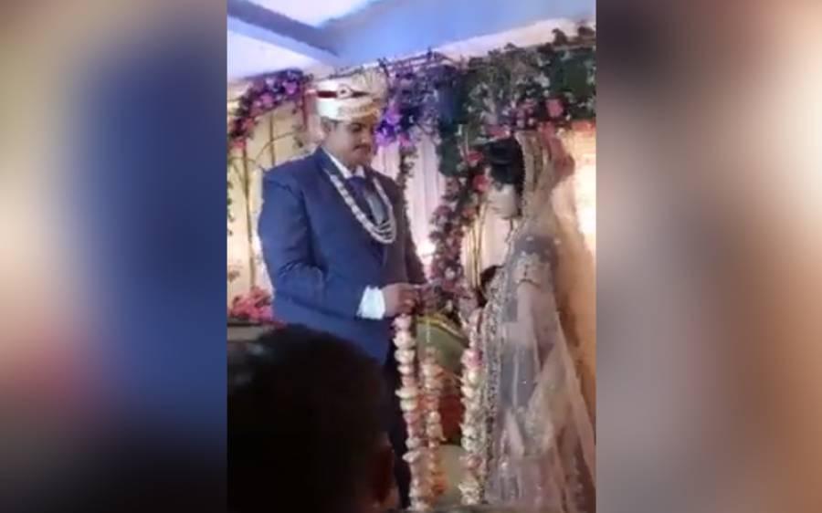 ہار پہنانے کی رسم کے دوران دلہن نے سٹیج پر کبڈی شروع کردی، ویڈیو وائرل
