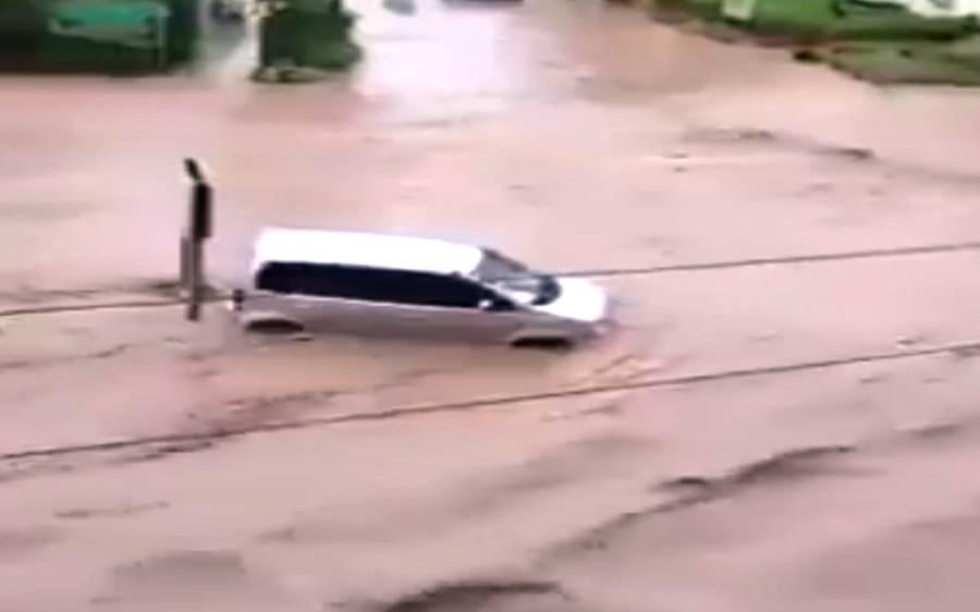 اسلام آباد میں بادل پھٹنے سے مختلف علاقوں میں سیلاب آگیا ، گاڑیاں بہنے کی فوٹیج وائرل