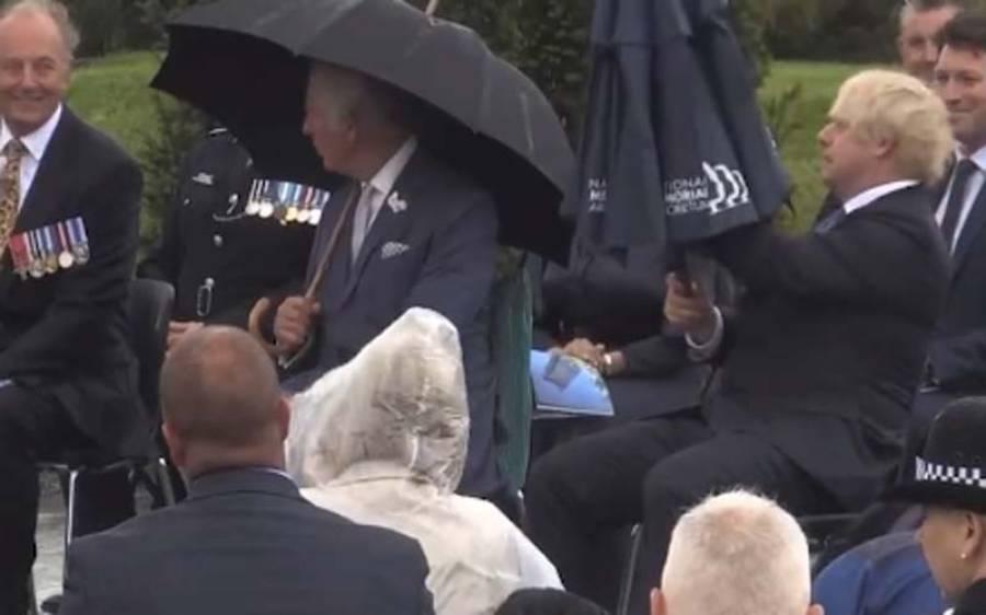 برطانوی وزیراعظم چھتری کھولنے کا طریقہ بھول گئے، دلچسپ ویڈیو آپ بھی دیکھیں