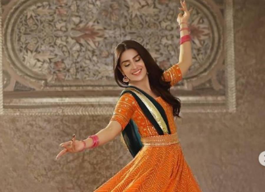 اداکارہ عائزہ خان کی نارنجی رنگ کے لہنگے میں رقص کرتے ہوئے ویڈیو نے سوشل میڈیا پر دھوم مچا دی