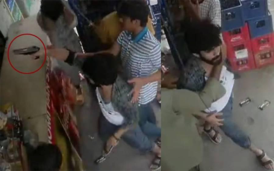 ادھار سگریٹ نہ دینے پر نوجوانوں کا دکاندار پر تشدد، فائرنگ کی ویڈیو سامنے آگئی