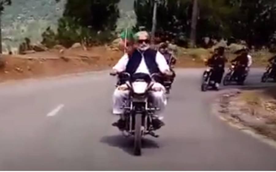 وزیراعظم آزاد کشمیر عبد القیوم نیازی کی موٹر سائیکل پر پارلیمنٹ جاتے ہوئے ویڈیو سامنے آگئی