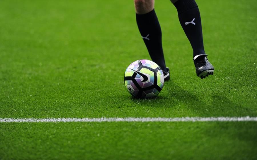 فٹ بال کلب کے منیجر نے اپنی گرل فرینڈ کو شادی کی پیشکش کیلئے ایسا طریقہ ڈھونڈ نکالا کہ دیکھنے والے حیران رہ گئے