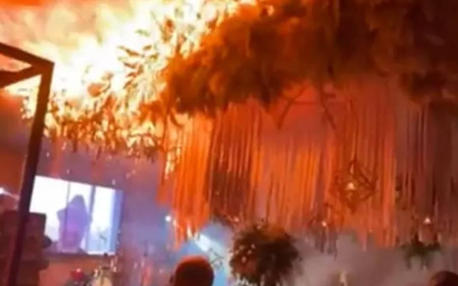 دولہا دلہن کی موجودگی میں شادی ہال کے اندر آتش بازی، نتیجہ ایسا کہ آپ کو بھی اس بے وقوفی پر حیرت ہوگی