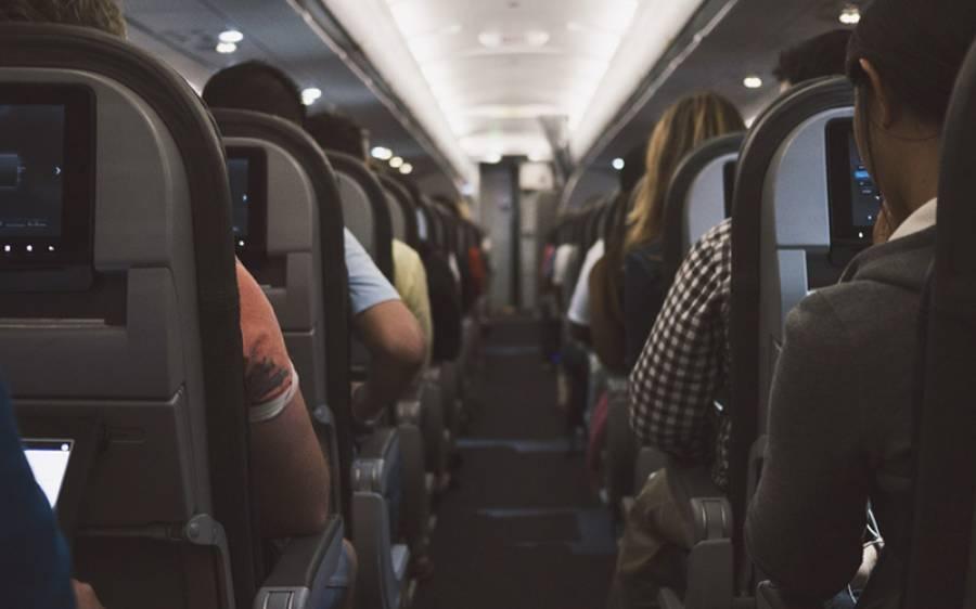 ہوائی جہاز کے سفر کے دوران وہ آسان طریقہ جس سے نشست کشادہ کرکے آپ تھکاوٹ سے بچ سکتے ہیں