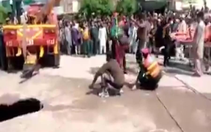میاں بیوی سڑک پر اچانک نمودار ہونے والے گڑھے میں گر گئے