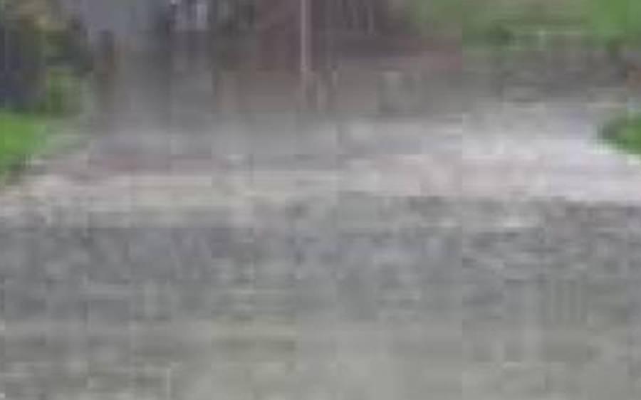 کراچی میں شدید بارش کے باعث ناگن چورنگی ، کے فور چورنگی زیر آب ، گاڑیاں اور موٹرسائیکلیں بند ہو گئیں