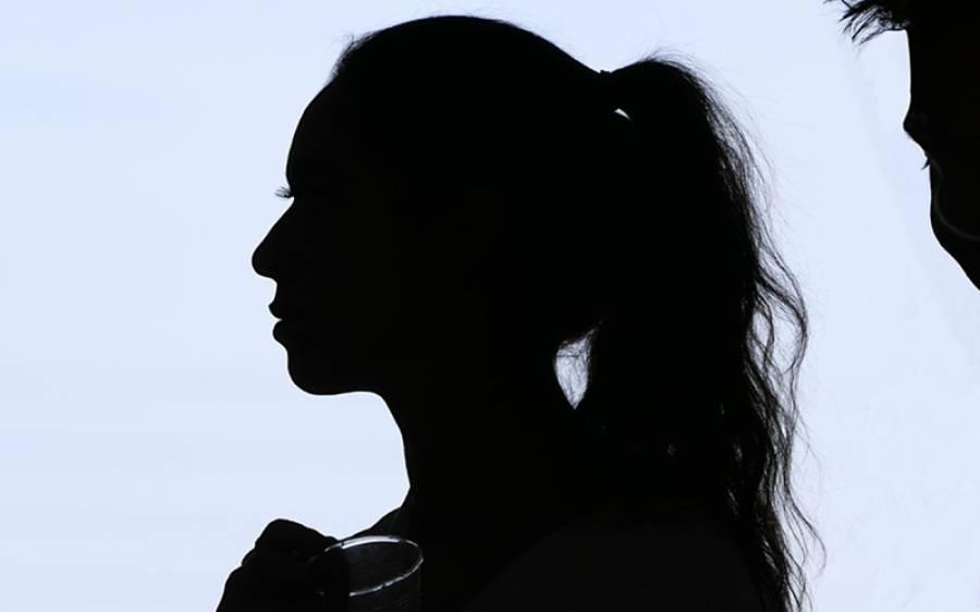 دو سال قبل اغوا ہونے والی لڑکی اپنے بھائی کے کمرے سے بازیاب، مسلسل ظلم سے وزن صرف 25 کلو رہ گیا، کراچی سے دل دہلا دینے والی خبر آگئی