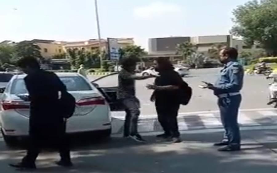 ٹریفک قانون کی خلاف ورزی پر کیوں روکا؟ بگڑے امیر زادے کی ٹریفک وارڈن کو گالیاں اور ہاتھا پائی کی کوشش، ویڈیو بھی سامنے آگئی