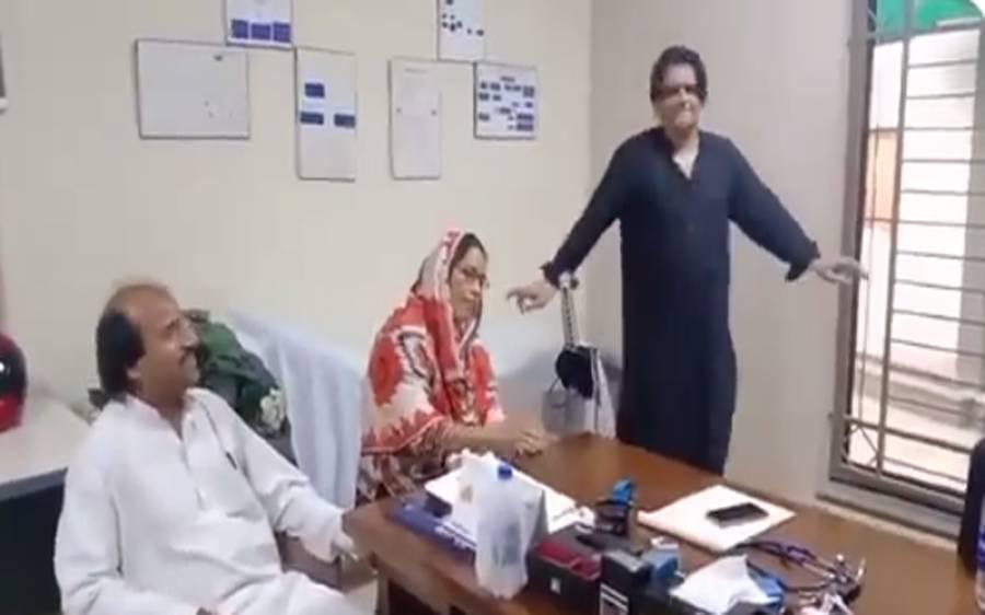مریض مفت چیک کرنے کے لیے ڈاکٹر نے لواحقین سے گانا سنا اور ڈانس بھی کیا، ویڈیو آپ بھی دیکھیں