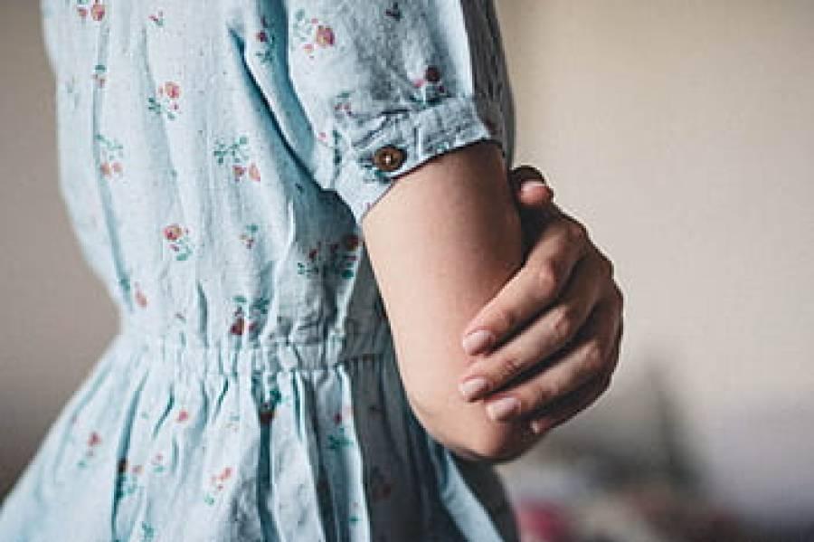 نوجوان لڑکی نے جنسی زیادتی کا نشانہ بنانے کی کوشش پر سخت مزاحمت کی تو درندہ صفت لڑکے نے کیا کیا ؟ افسوسناک خبر آ گئی