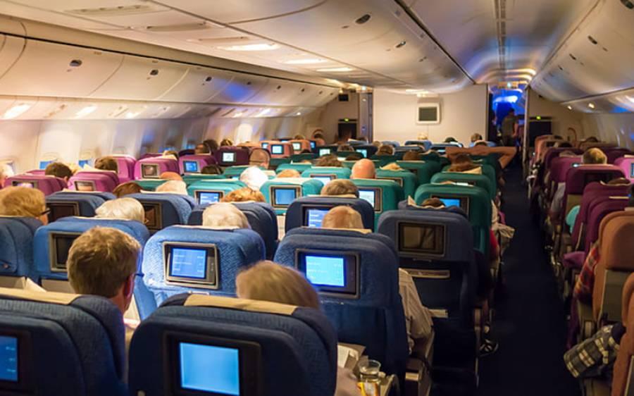 جہاز میں سفر کے دوران وہ وقت جب ایئر ہوسٹس کو بالکل بھی نہیں بلانا چاہیے