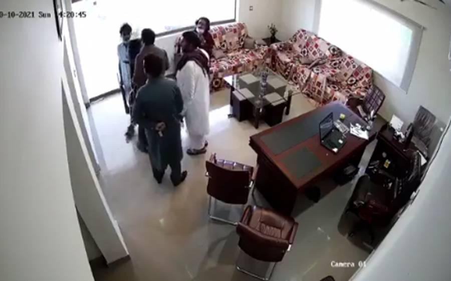صادق آباد میں اندھڑ گینگ کی فائرنگ سے 9 افراد کا قتل ، سی سی ٹی وی فوٹیج سامنے آگئی
