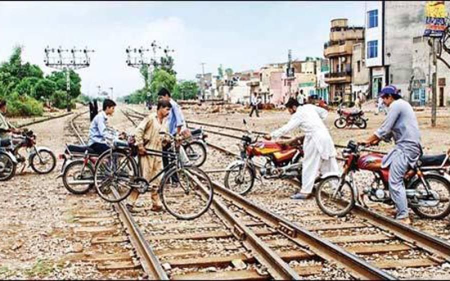 بغیر پھاٹک ریلوے ٹریک عبور کرنے والے شہریوں کے خلاف کیا کارروائی ہو گی ؟ ریلوے حکام نے بڑا قدم اٹھا لیا