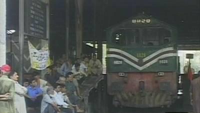 ریلوے ملازمین کا بارہویں روز بھی احتجاج، لاہور میں 12انجن روک لیے