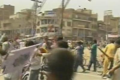 پشاور میں لوڈشیڈنگ کے خلاف مظاہرہ،بشیر بلور کی گاڑی پر حملہ