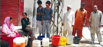 لوڈشیڈنگ کے باعث شہریوںکو شدید قلت کا سامناہے،زیرنظر تصویر میںمرد خواتین بچے برتن پکڑے سڑک پرلگے نلکے سے پانی بھررہے ہیں