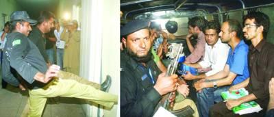 لاہور' گرفتار ہونے والے ینگ ڈاکٹرز پولیس کی حراست میں جبکہ دوسری طرف پولیس اہلکار ڈاکٹروں کی گرفتاری کےلئے سروسز ہسپتال کے دروازے توڑ رہی ہے)