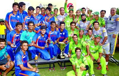 پاکستان اور بھارت کی انڈر 19 کرکٹ میچوں کے کھلاڑیوں کا ٹرافی کے ساتھ گروپ فوٹو