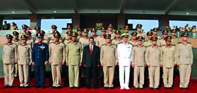 قاہرہ: مصر کے نومنتخب صدرمحمدمرسی کے ہمراہ فوجی جرنیل تصویر بنوارہے ہیں