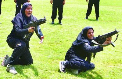 ایلیٹ فورس کی خواتین اہلکا ر مشقوں کے دوران بندوقیں چلانے کا مظاہرہ کر رہی ہیں