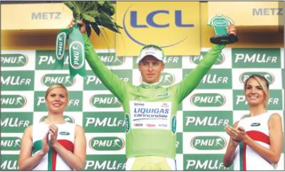 ٹور ڈی فرانس سائیکل ریس کا چھٹا مرحلہ جیتنے کے بعد سلواکیہ کے سائیکلسٹ پیٹر ساگان خوشی کا اظہارکرتے ہوئے