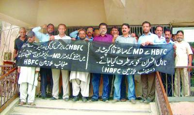 محکمہ ہاﺅس بلڈنگ فنانس کے ملازمین چیئرمین سی بی اے اشرف خان کی زیرنگرانی احتجاج کر رہے ہیں۔