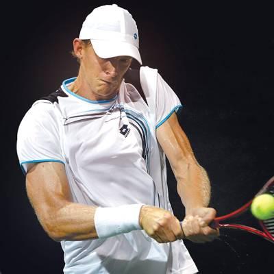 ورلڈ ٹینس اوپن،برطانوی ٹینس سٹار جان میکل حریف کے خلاف ریٹرن شاٹ کھیل رہے ہیں