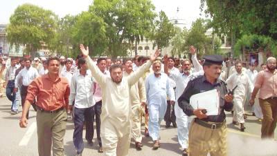 لاہور،اے جی آفس کے ملازمین الٰہی بخش کے قتل کے خلاف مال روڈ پر احتجاج کررہے ہیں ان سیٹ میں الٰہی بخش کی نعش
